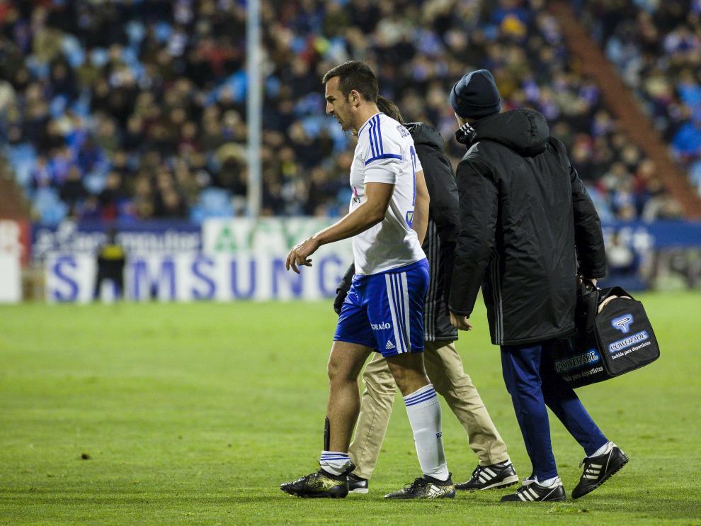 José Enrique se retira del campo tras su lesión en el sóleo en el partido ante el Girona.