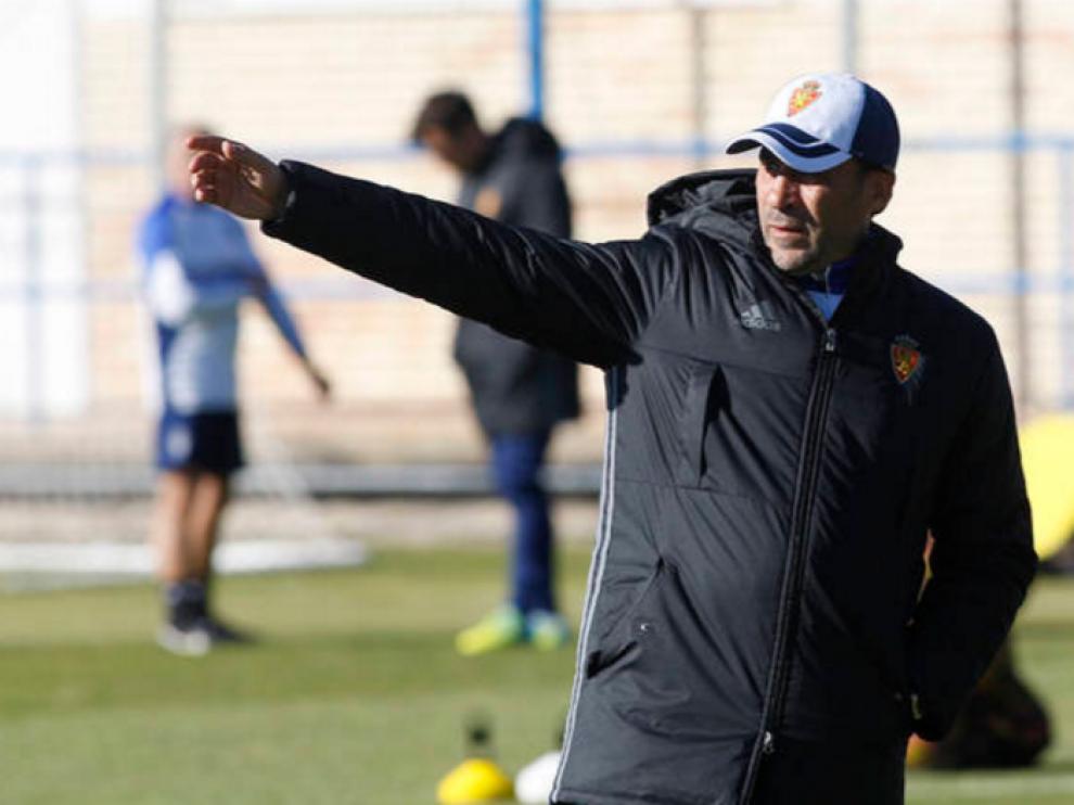 Raúl Agné gesticula durante el entrenamiento.