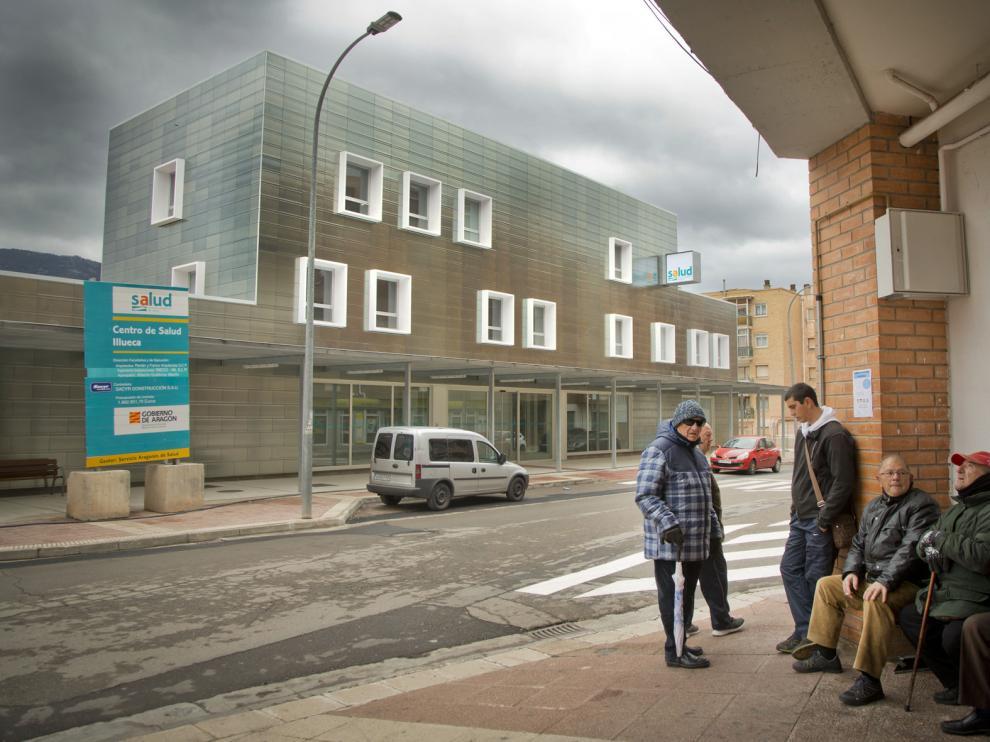 Varios vecinos ante el nuevo centro, cuya fachada se asemeja a los tonos de la Sierra de la Virgen.