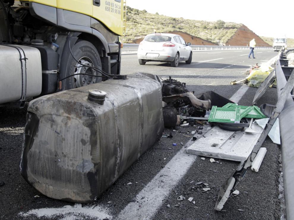 Estado en el que quedó el camión tras sufrir el accidente en la A-2.
