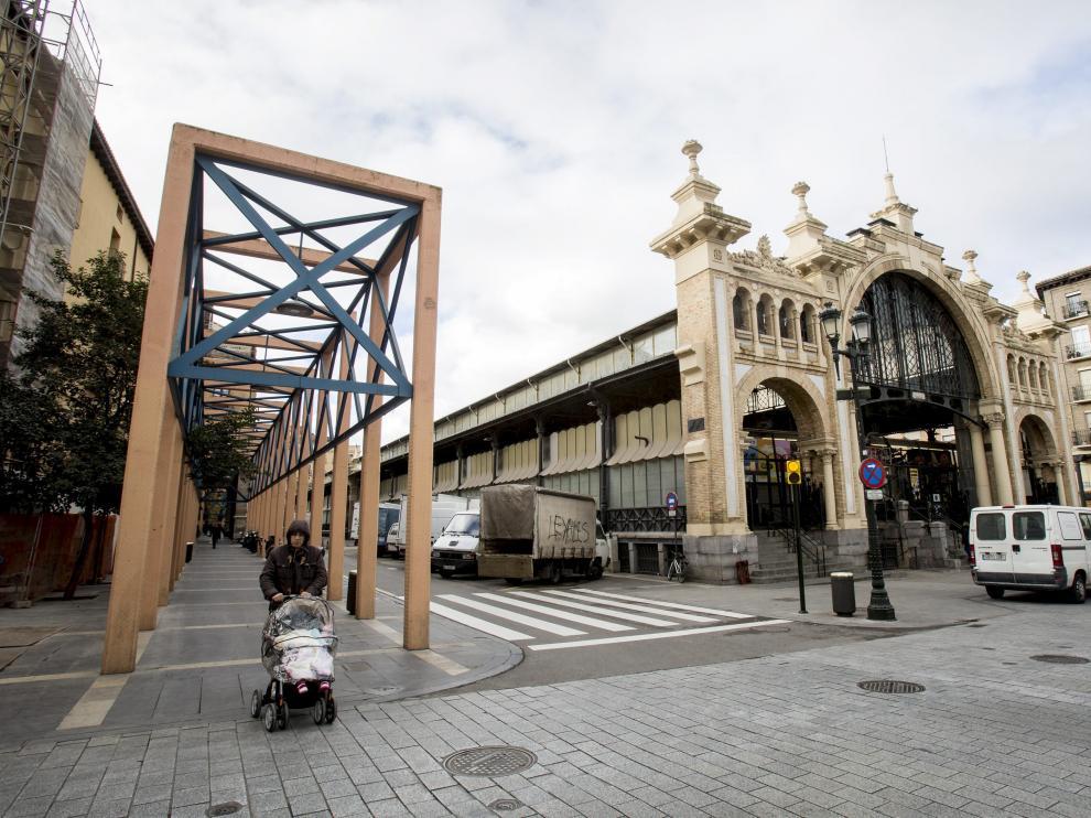 El mercado mejorará su cerramiento y su accesibilidad. Además, en la zona donde hoy se levantan los arcos de hormigón se creará un espacio peatonal.
