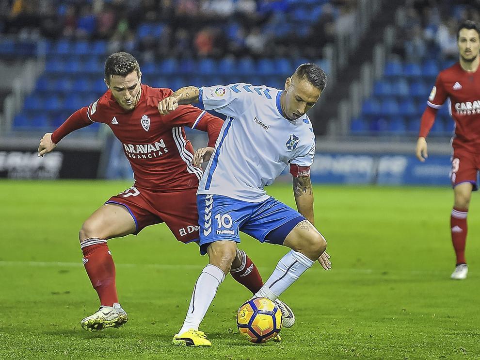 Xiscu pugna por el balón con Suso en el Tenerife-Real Zaragoza de este sábado.