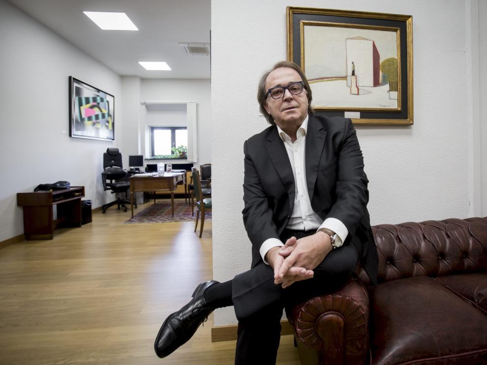 Carlos Pérez Anadón, en su despacho en el Ayuntamiento de Zaragoza.