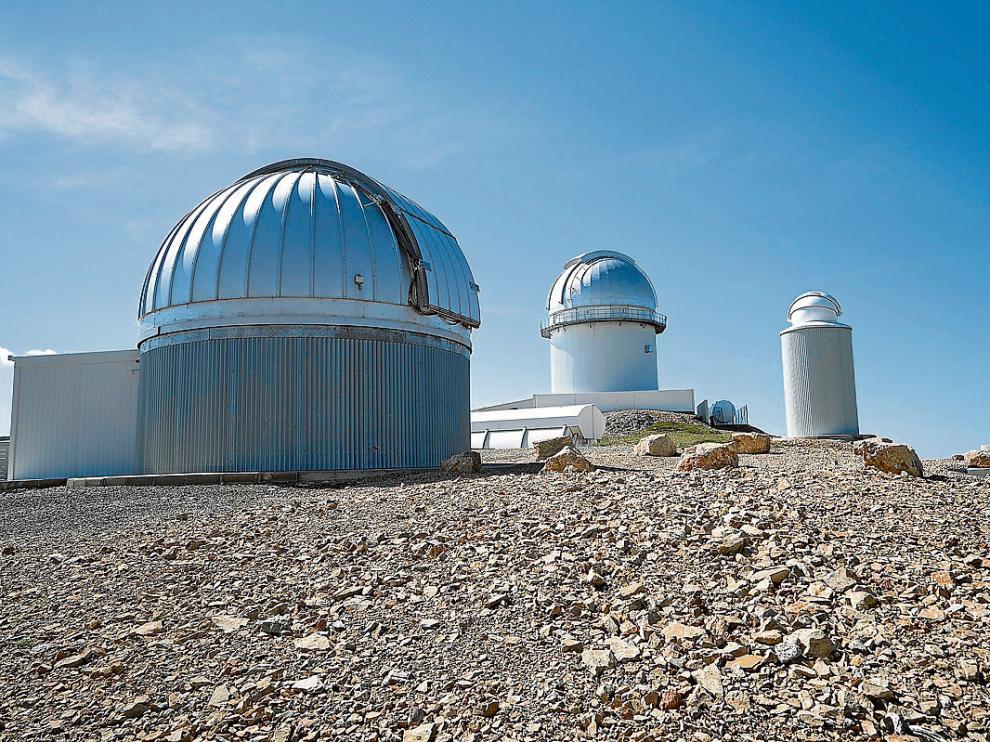 n complejo astrofísico a casi dos mil metros de altitud. Las instalaciones exteriores del Observatorio Astrofísico de Javalambre, presididas por las dos cúpulas que albergan sendos telescopios, despiertan el interés de los senderistas y cicloturistas que frecuentan la zona.