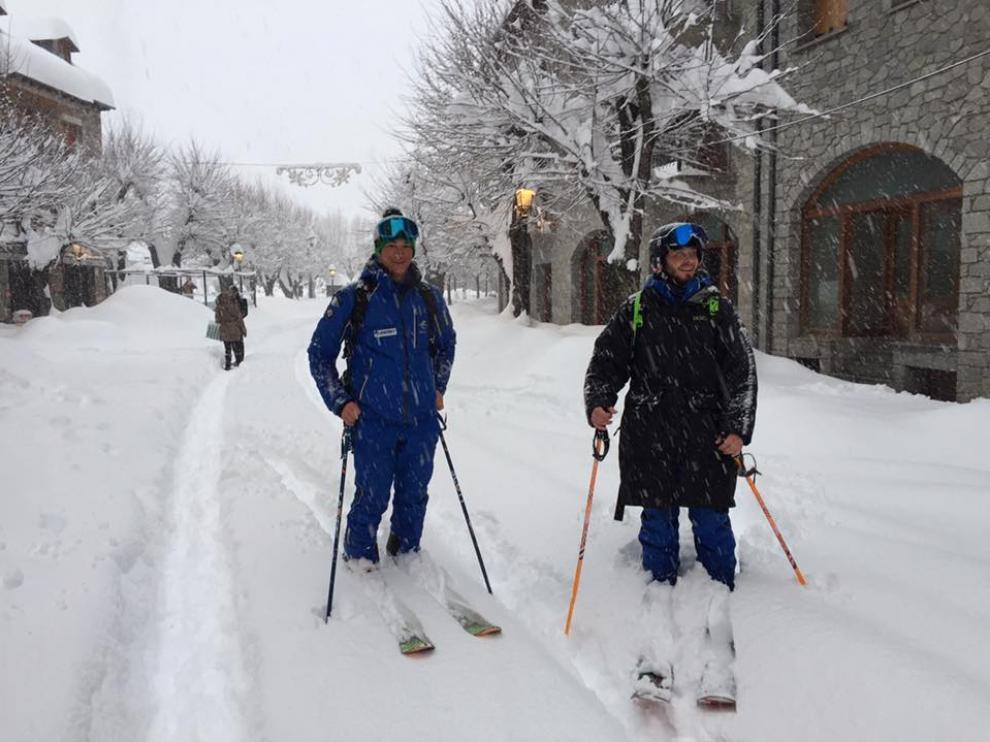 Los niños de Benasque no han podido ir a clase debido a la gran nevada que ha caído.