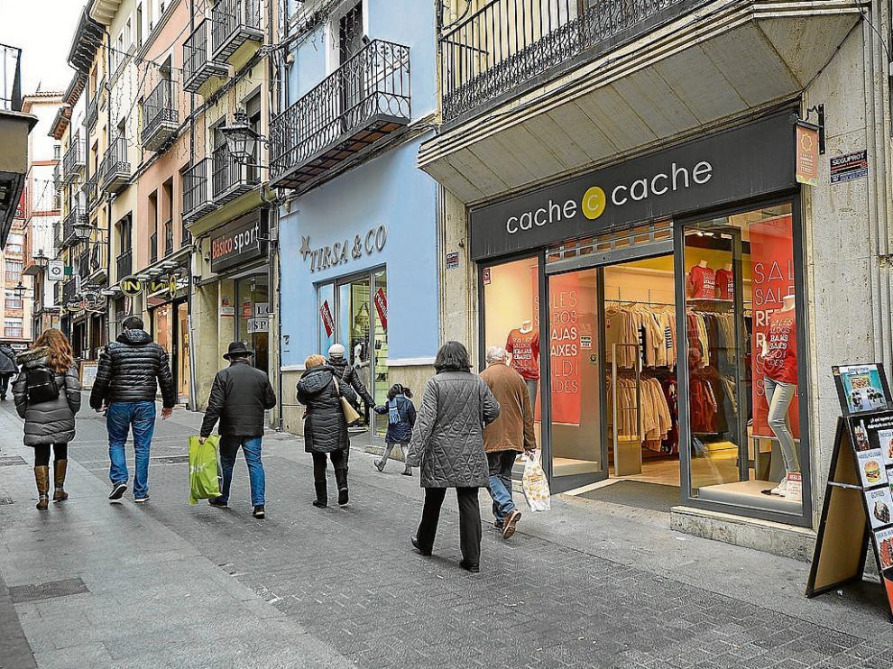 La calle del Tozal combina comercios tradicionales con franquicias de nueva implantación.