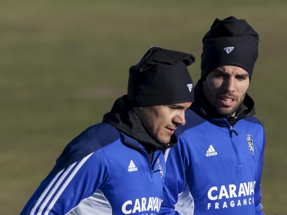 Marcelo Silva charla con su paisano Cabrera durante el entrenamiento de este martes en la Ciudad Deportiva.