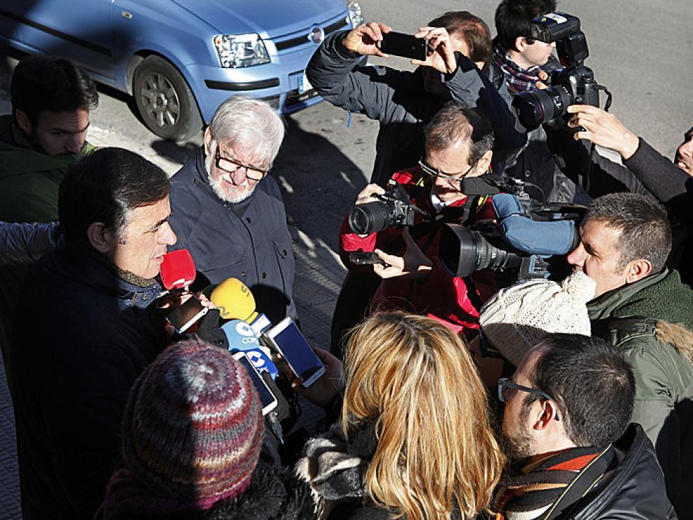 El expresidente de la Diputación de Soria, Antonio Pardo, entre una gran expectación de los medios de comunicación, frente a la puerta del PP.