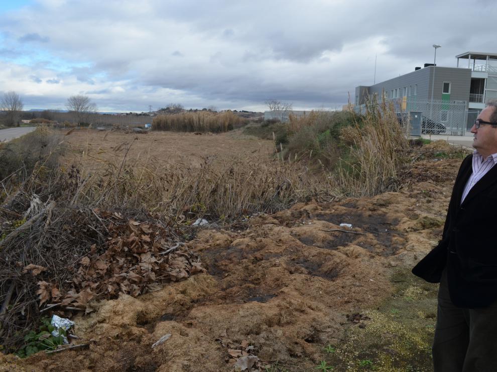 El alcalde junto al terreno donde se ubicará el centro.