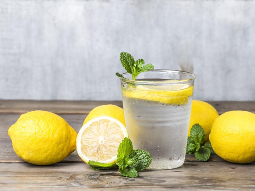 Beber agua con limón cada mañana es saludable para el organismo.