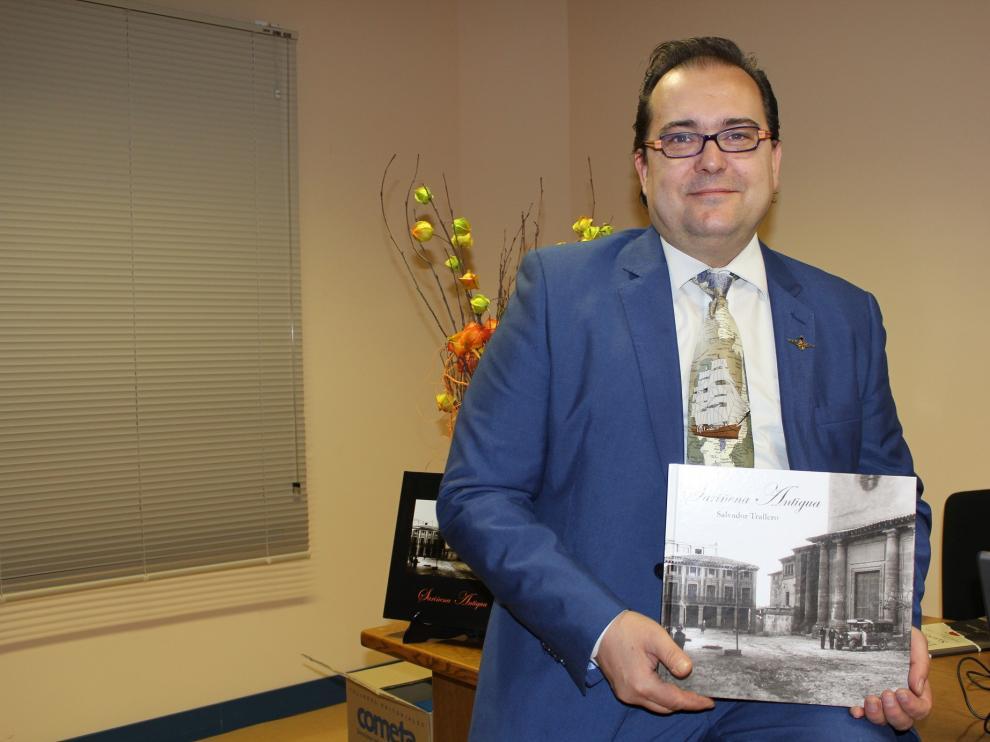 Trallero posa con uno de los nuevos ejemplares de su primer libro.