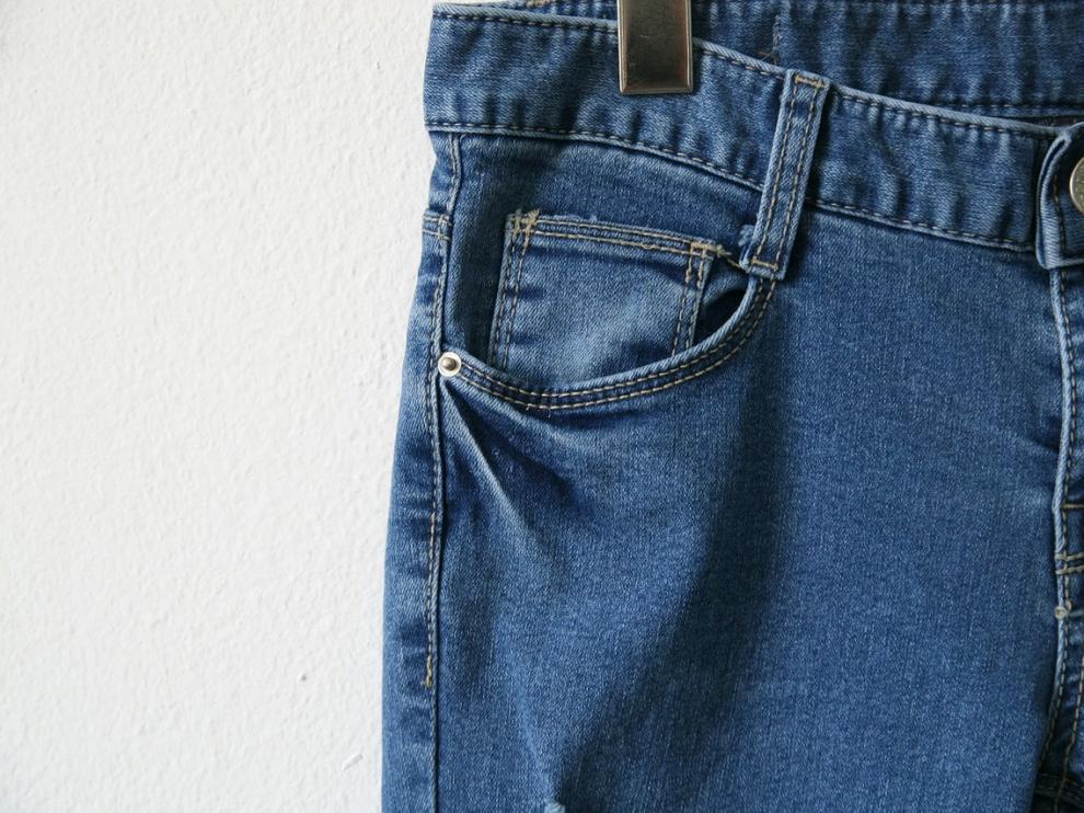 Apenas cabe nada en él, pero el bolsillo es una de las características clásicas de los jeans.
