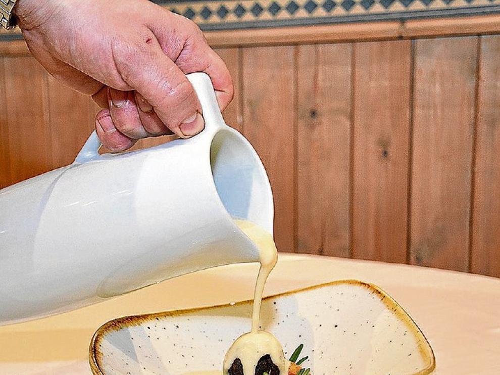 Crema de chirivías asadas con falsa trufa de morcilla, boniato y garbanzos.