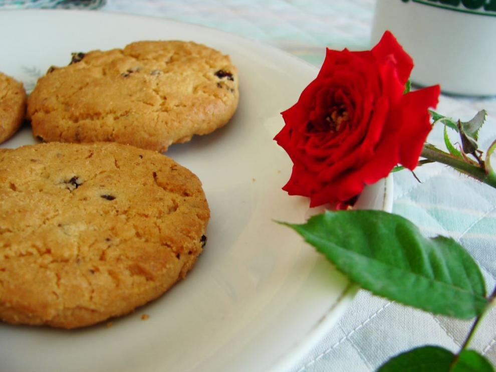 Rosa roja con el desayuno.