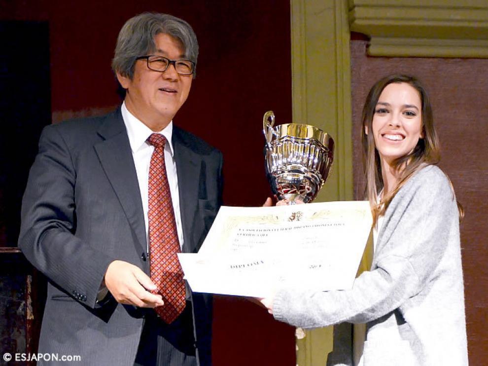 Sandra Carnicero recoge su premio en la Asociación Cultural Hispano Japonesa TORA.
