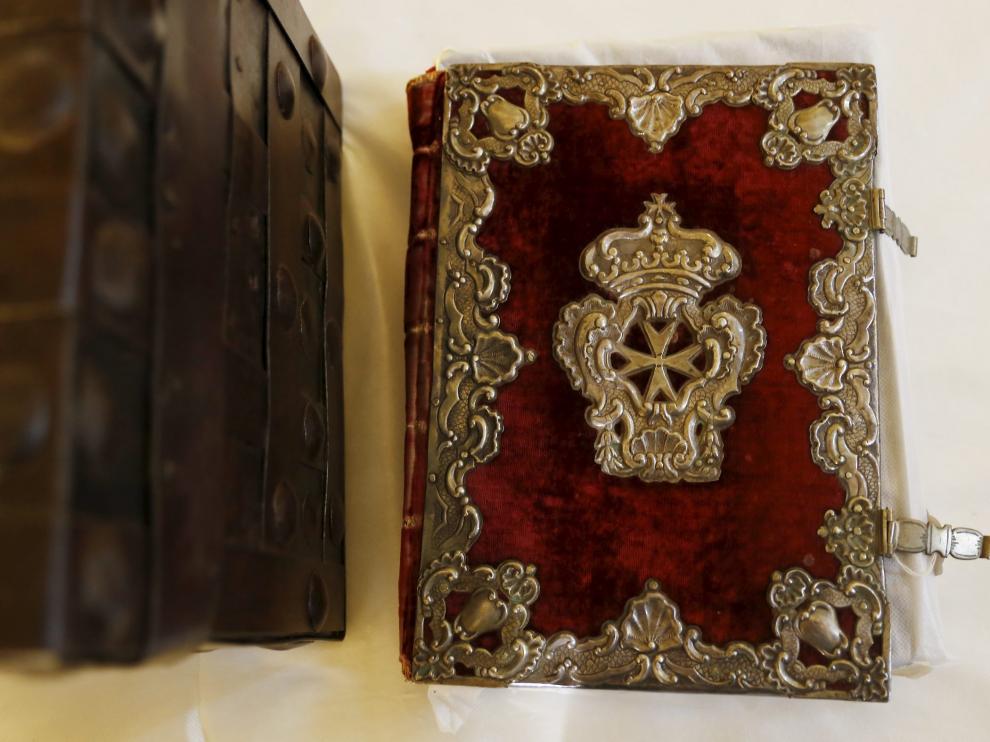 Tapas de libro decoradas con relieves y cruces de malta, en plata dorada. Siglo XVIII. Una de las obras que se  exponen Sijena.