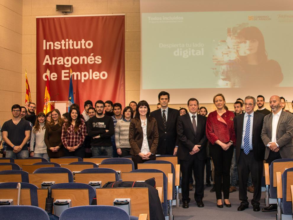 El presidente de la Fundación Telefónica, César Alierta, rodeado de los 50 jóvenes seleccionados para los itinerarios formativos en Zaragoza