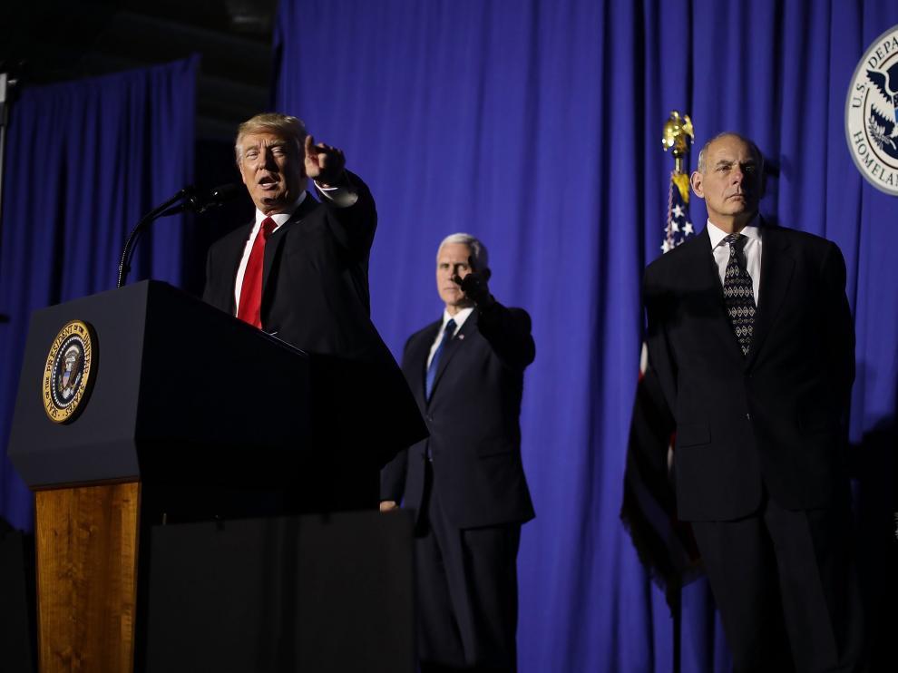El presidente estadounidense, Donald Trump (izquierda), habla junto a su vicepresidente, Mike Pence (centro), y el secretario de Seguridad Nacional, John Kelly