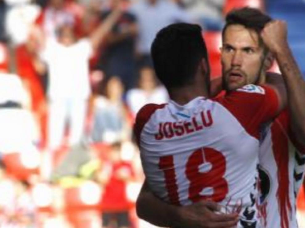 Joselu (dorsal 18) y Pedraza, los dos mejores goleadores del Lugo, se abrazan tras un tanto lucense en la actual liga.