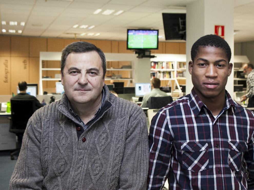 Paco Ramo, presidente del Comité Aragonés de Árbitros, y el colegiado Mamadou Basirou Sow, ayer en HERALDO.