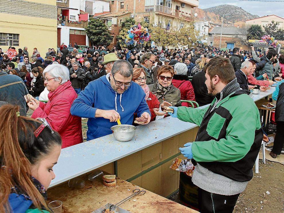 La Peña Lo Magré, organizadora de la fiesta, repartió carne asada y pan con picada.