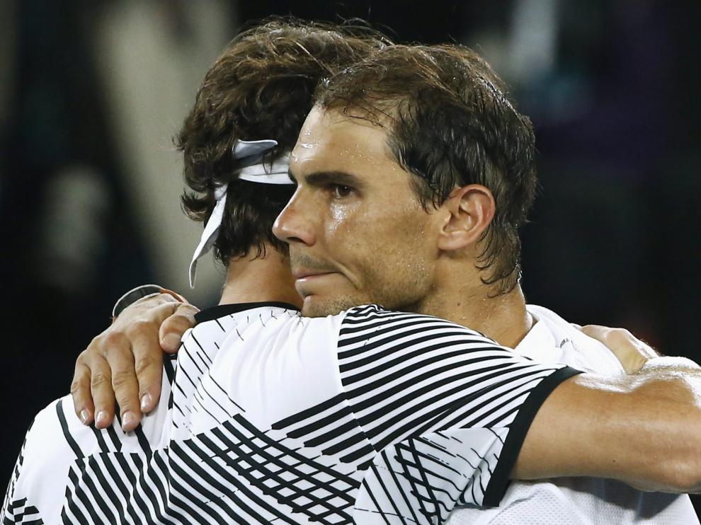 Federer y Nadal se abrazan tras el partido.