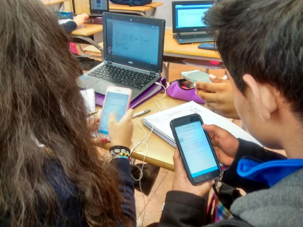 Alumnos del colegio Hijas de San José usando el móvil en clase de Matemáticas.