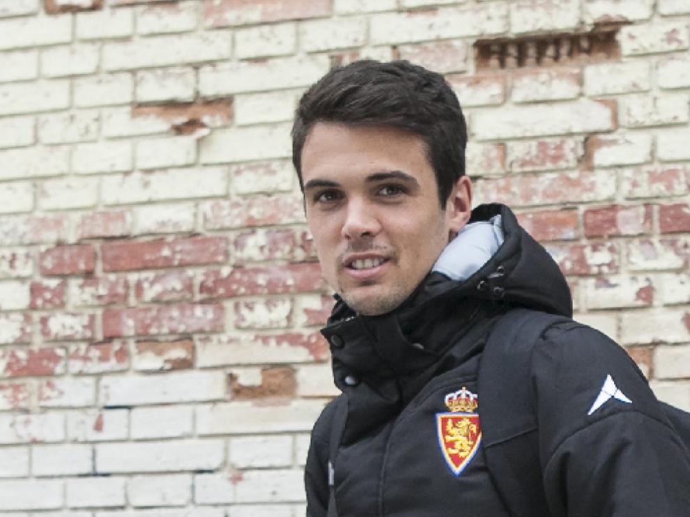 Erik Morán, en la puerta de la sede del club antes de un viaje con el Real Zaragoza.