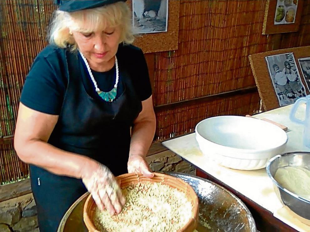 La cocinera de una hacienda ecológica, preparando las bolitas de frégula con sémola.