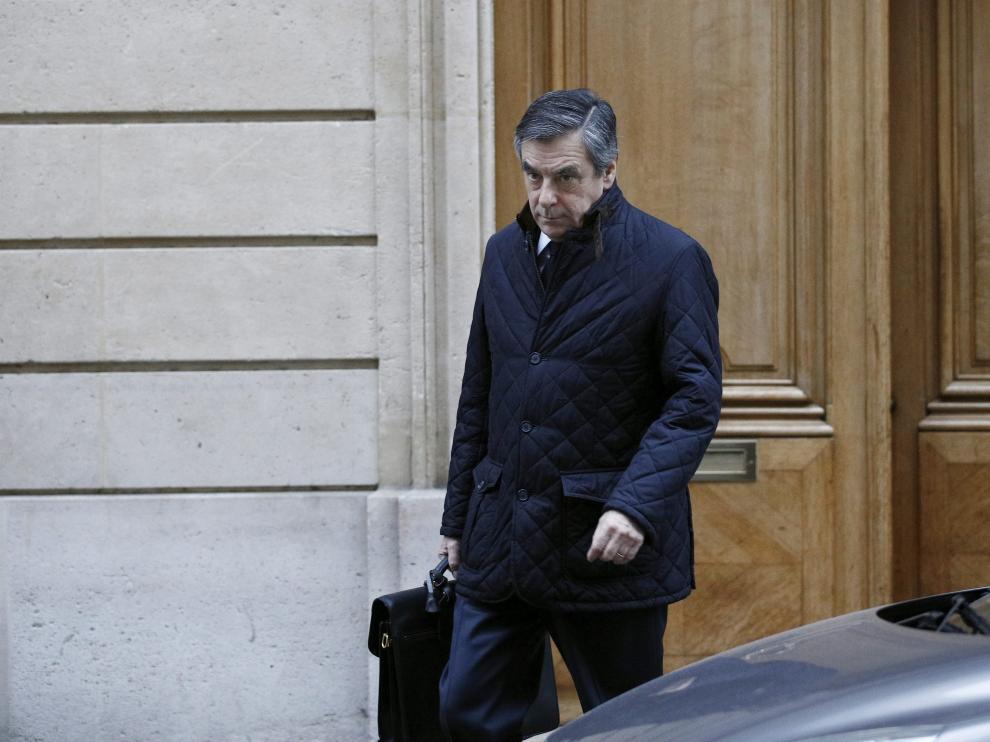 Francois Fillon a la salida de su domicilio.
