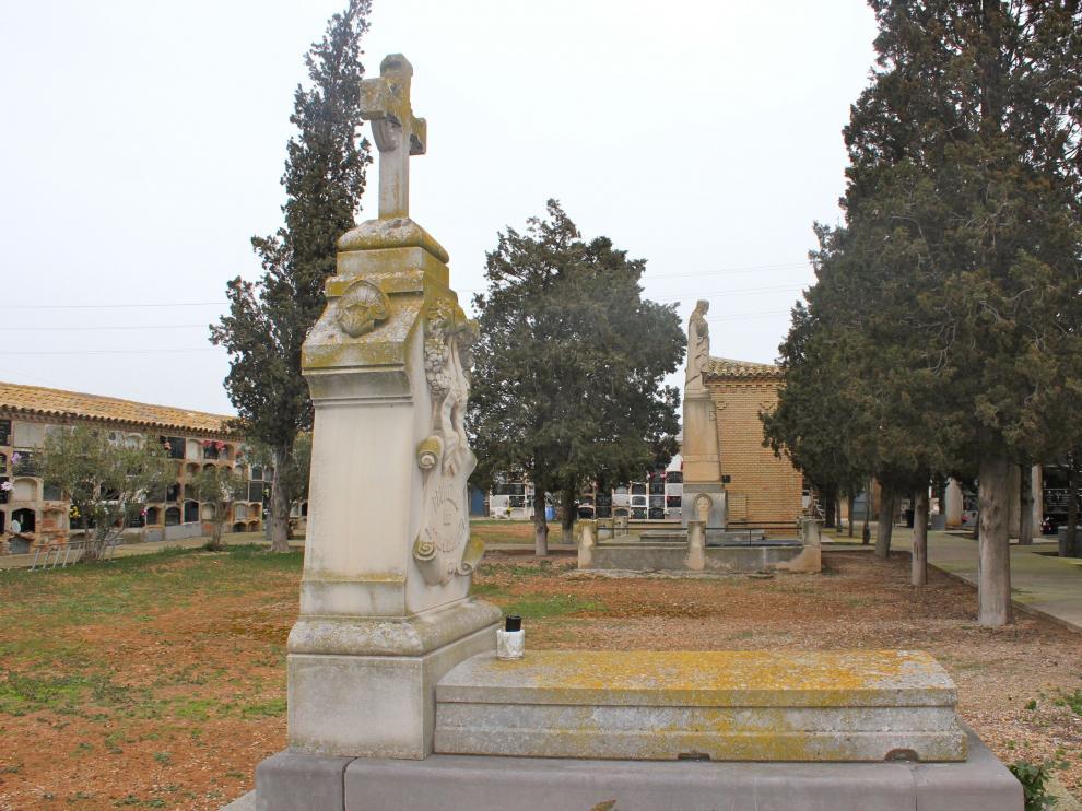 Antiguas sepulturas en el cementerio de Monzalbarba