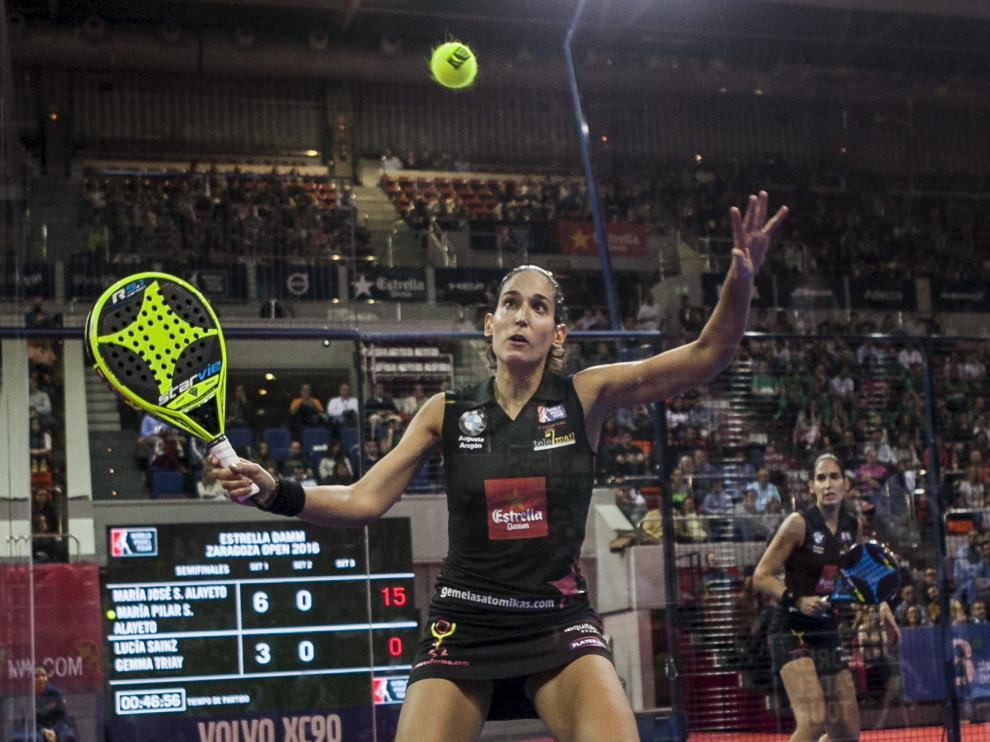 Mapi Sánchez Alayeto se dispone a pegar a una pelota, ante la mirada de su hermana Majo, en el pabellón Príncipe Felipe