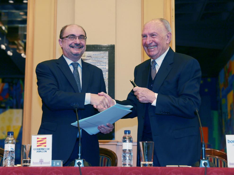 El presidente del Gobierno de Aragón, Javier Lambán, y el de BonÁrea, Jaume Alsina, firman el convenio.