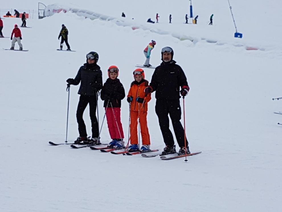 La Familia Real disfruta de una jornada de esquí en el valle del Aragón, en el dominio esquiable 100K Candanchú Astún, en la parte de Astún.