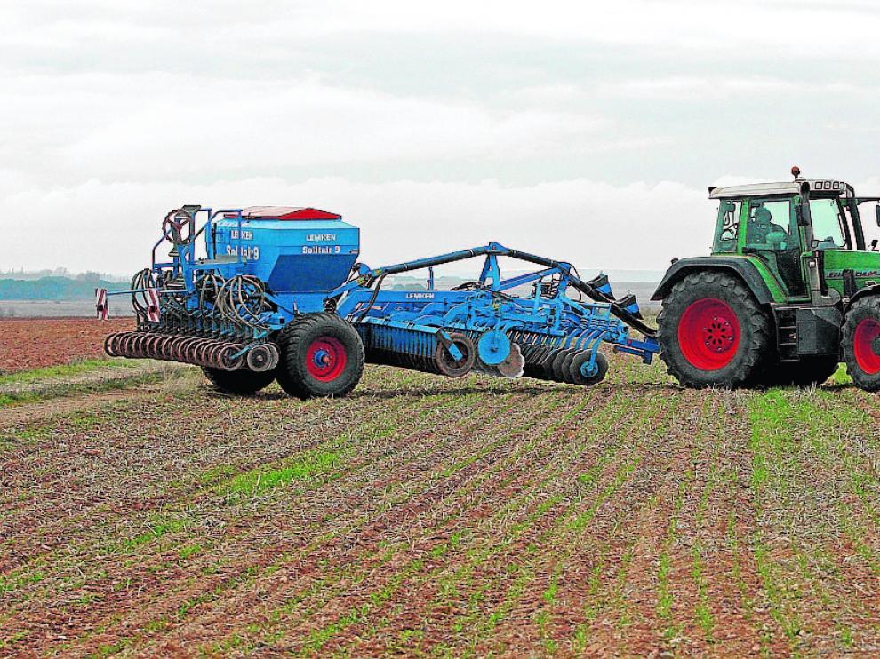Un tractor en un campo de agricultura ecológica de la provincia.