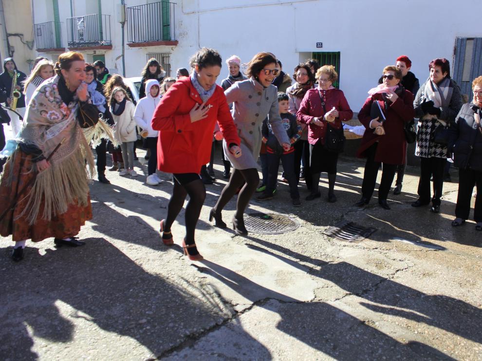 En Grañén, la alcaldesa ha dado la salida de cada carrera de rosca.