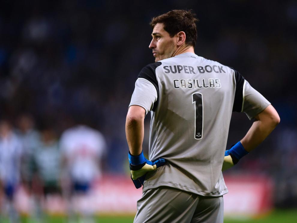 Iker Casillas, pensativo durante el Oporto-Benfica.