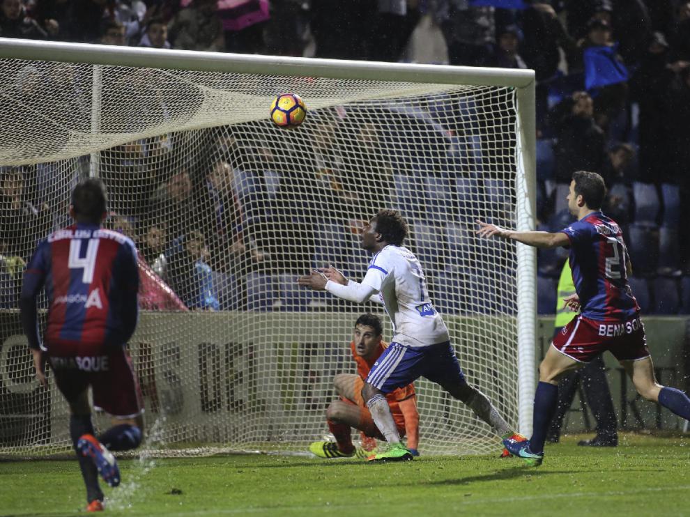 Dongou, en el preciso momento en el que se dispone a cabecear a placer el 1-1 en Huesca, tras fallar el portero Sergio Herrera en el despeje del centro-chut que lanzó Cabrera desde la banda izquierda.