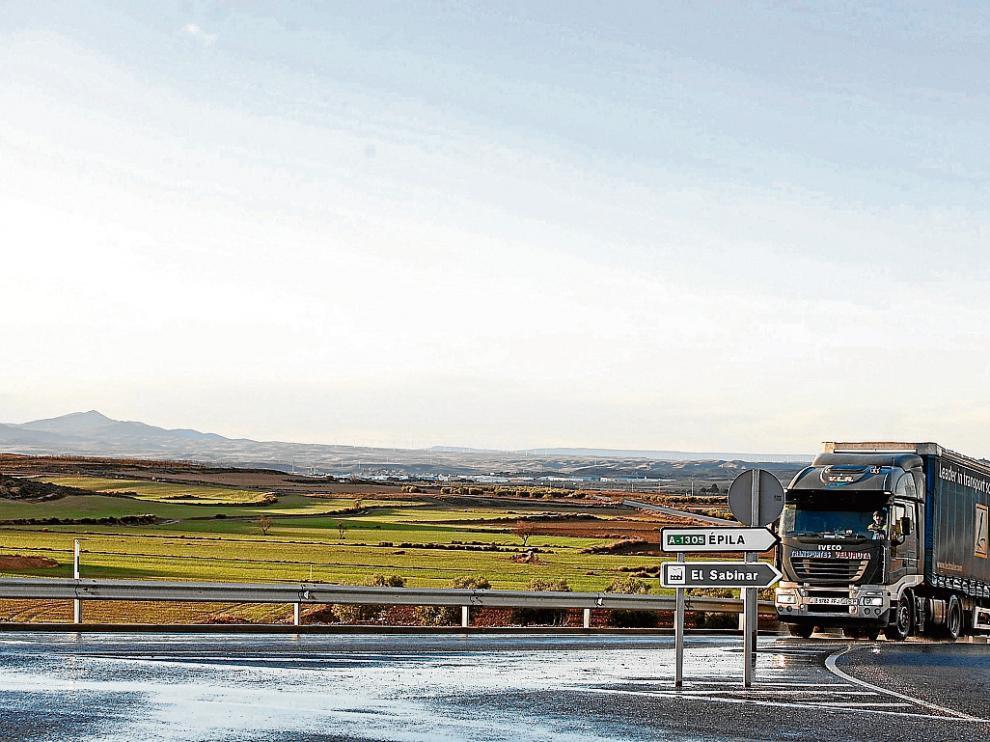 Un camión pasa junto a los terrenos elegidos para levantar la planta de Bon Àrea.