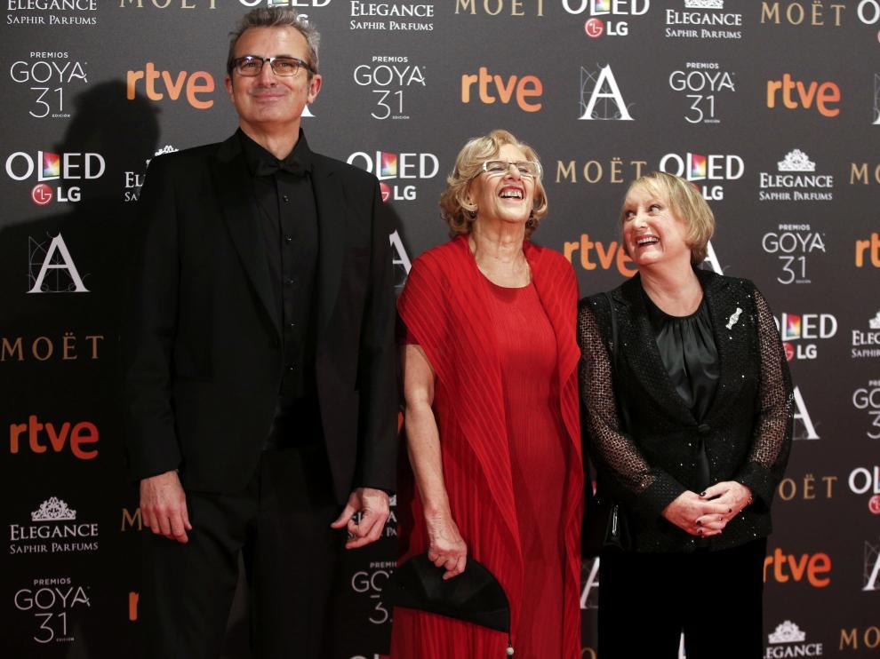 La alcaldesa de Madrid, Manuela Carmena, junto a la presidenta de la Academia del Cine, Yvonne Blake, y el entonces vicepresidente, Mariano Barroso, en una imagen de archivo.