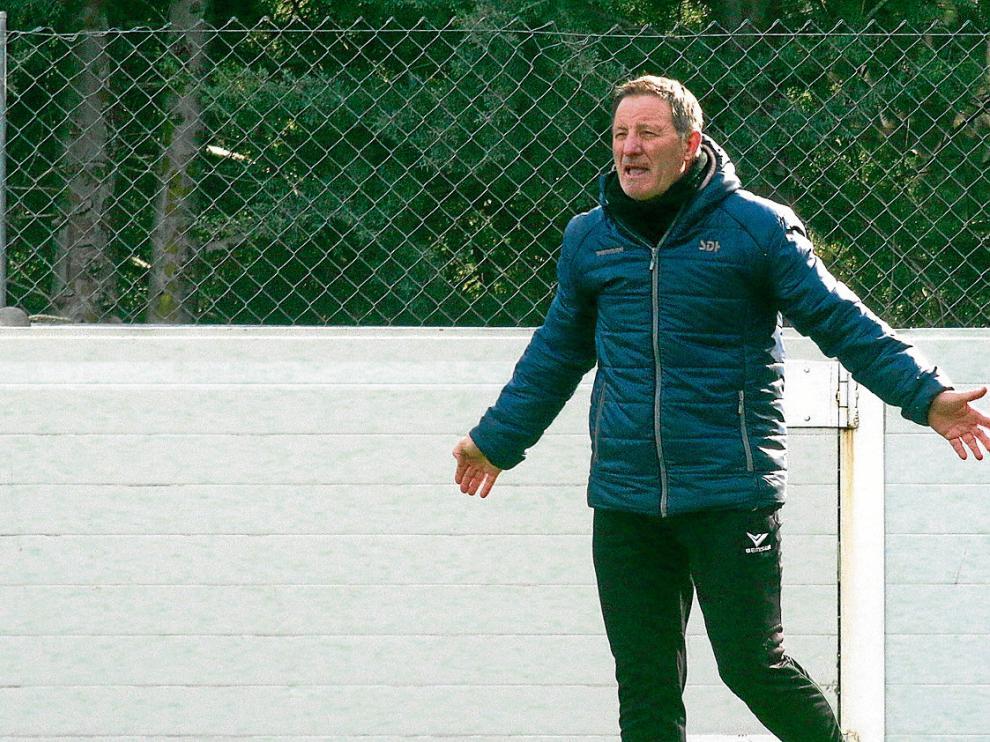 Anquela se dirige a sus jugadores durante un entrenamiento