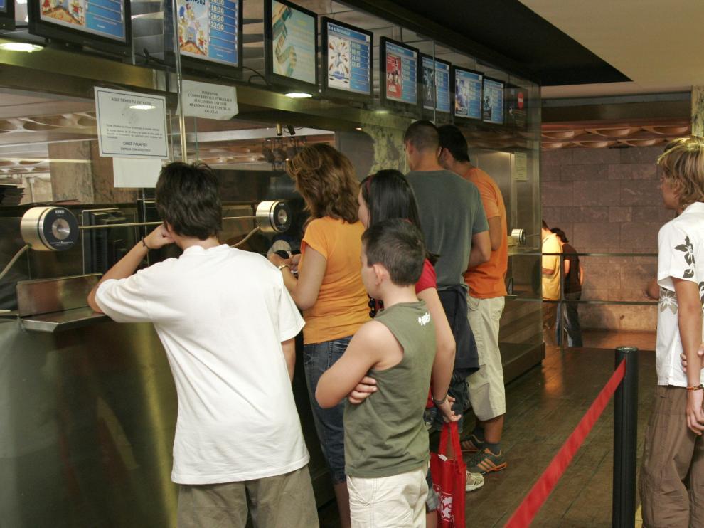 Jóvenes haciendo fila para comprar las entradas del cine.