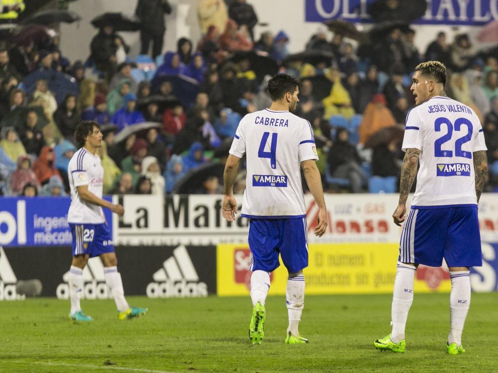 Cabrera y Valentín dialogan durante el partido contra el Levante, con Feltscher al fondo.