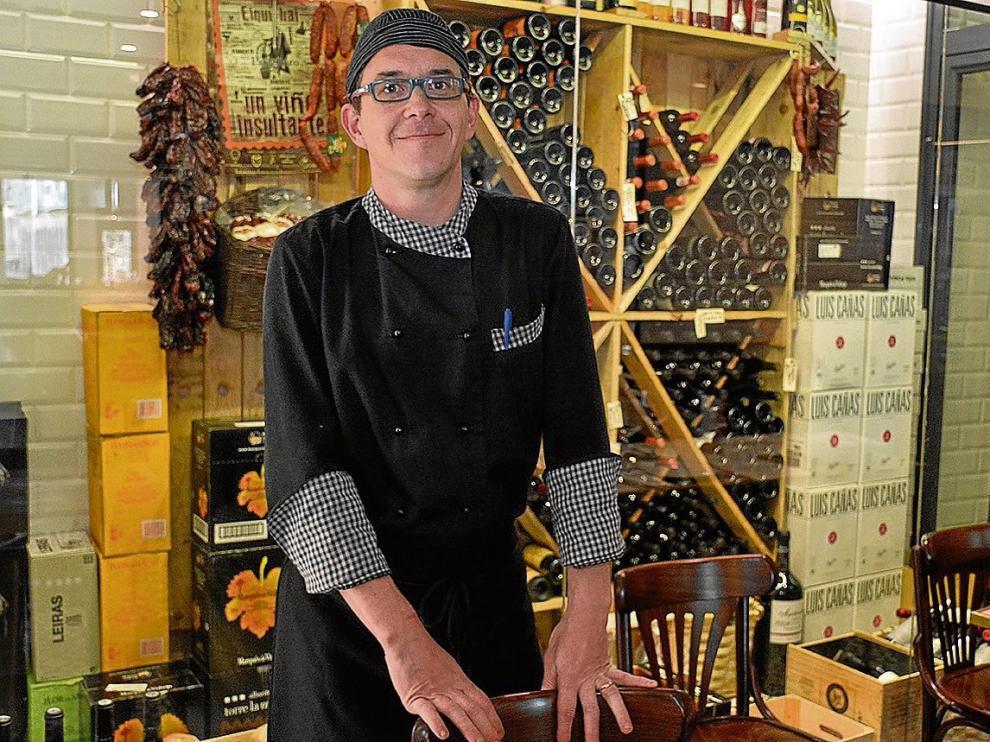 El cocinero Luis Miguel Sanz, líder del equipo que trabaja en la Taberna 1941.