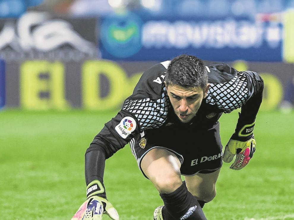 Irureta persigue una pelota suelta en el partido contra el Levante.