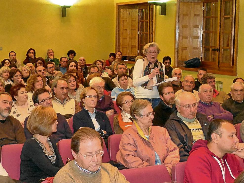 El salón de plenos se llenó de público para asistir a la mesa informativa