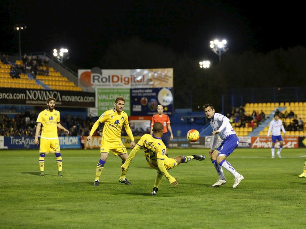 Cinco jugadores del Alcorcón rodean al zaragocista Dorca en el partido jugado por el Real Zaragoza en Santo Domingo el año pasado (ganaron los locales 1-0, en un partido de su sello, con gol de Óscar Plano). Es el modo de defender del Alcorcón en su pequeño campo.