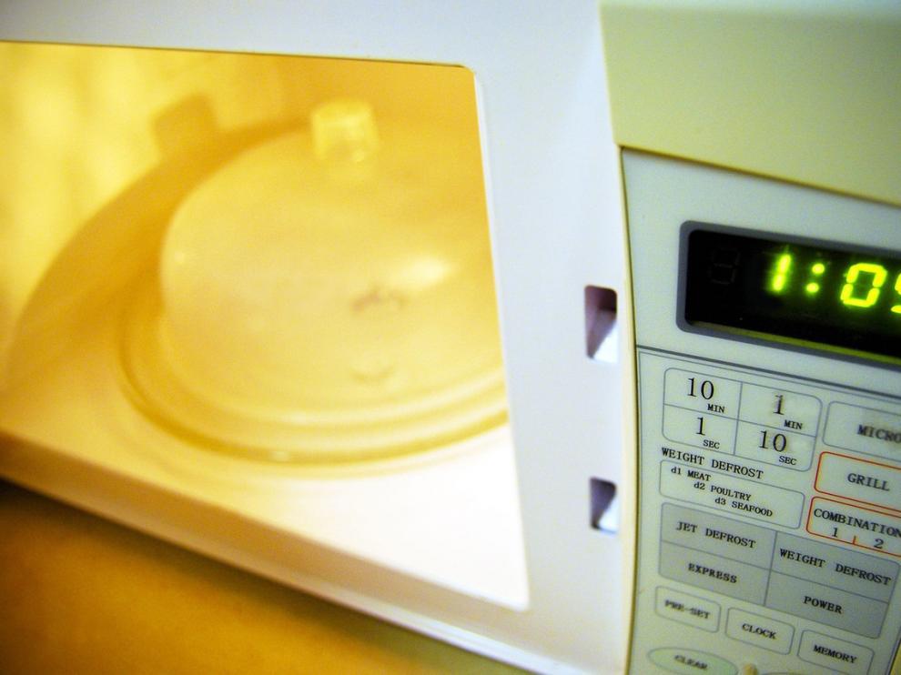 El microondas, un imprescindible en la cocina.