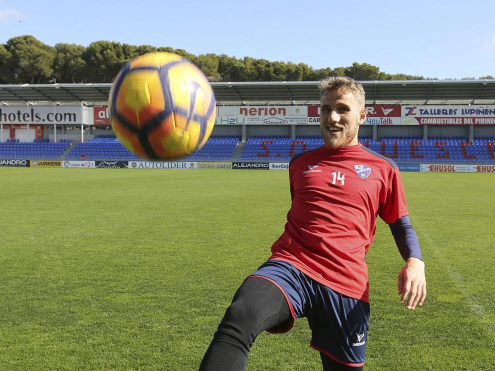 Samu Sáiz dando unos toques al balón en la mañana de ayer en El Alcoraz.