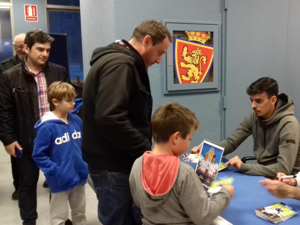 Edu Bedia y Jesús Valentín, durante el acto de firma de autógrafos y atención a la afición zaragocista que protagonizaron en la tarde de este jueves en la sede del club.
